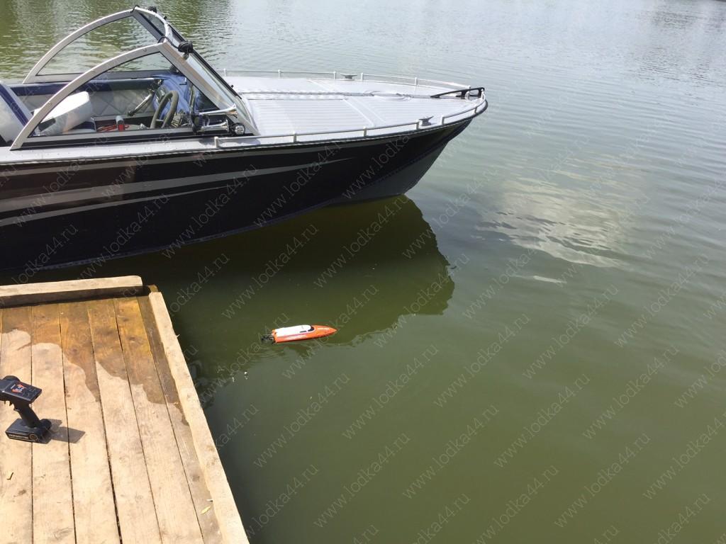 рейлинги носовой части лодки
